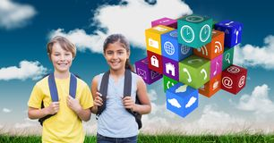 Μαθητές με τα σακίδια πλάτης από app τα εικονίδια Στοκ Εικόνα
