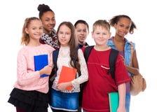 Μαθητές με τη διαφορετικά χροιά και τα ενδύματα στοκ εικόνες