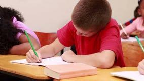 Μαθητές που εργάζονται στο σχολείο φιλμ μικρού μήκους