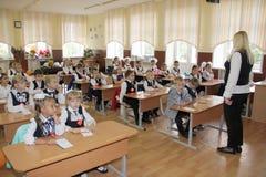 Μαθητές σε ένα σχολικό γραφείο σε ένα μάθημα στο σχολείο - Ρωσία Μόσχα το πρώτο γυμνάσιο η πρώτη θέση β - 1 Σεπτεμβρίου 2016 Στοκ εικόνες με δικαίωμα ελεύθερης χρήσης