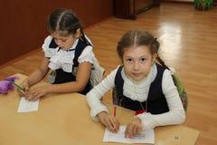 Μαθητές σε ένα σχολικό γραφείο σε ένα μάθημα στο σχολείο - Ρωσία Μόσχα το πρώτο γυμνάσιο η πρώτη θέση β - 1 Σεπτεμβρίου 2016 Στοκ Εικόνες