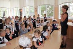 Μαθητές σε ένα σχολικό γραφείο σε ένα μάθημα στο σχολείο - Ρωσία Μόσχα το πρώτο γυμνάσιο η πρώτη θέση β - 1 Σεπτεμβρίου 2016 Στοκ Φωτογραφίες
