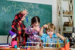 Μαθητές στην κατηγορία χημείας o Εκπαιδευτική έννοια ευτυχή παιδιά παραγωγή επιστημόνων παιδιών στοκ εικόνες