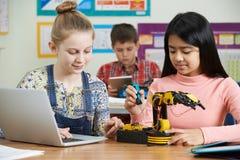 Μαθητές στο μάθημα επιστήμης που μελετούν τη ρομποτική Στοκ Φωτογραφία