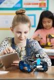 Μαθητές στο μάθημα επιστήμης που μελετούν τη ρομποτική Στοκ φωτογραφία με δικαίωμα ελεύθερης χρήσης