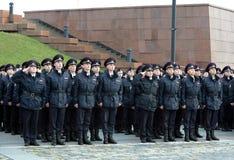 Μαθητές στρατιωτικής σχολής αστυνομίας του πανεπιστημίου νόμου της Μόσχας του Υπουργείου εσωτερικών θεμάτων της Ρωσίας στην εθιμο στοκ εικόνες