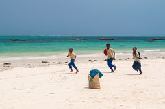 Μαθητές Zanzibar που τρέχουν κατά μήκος της παραλίας Στοκ φωτογραφίες με δικαίωμα ελεύθερης χρήσης