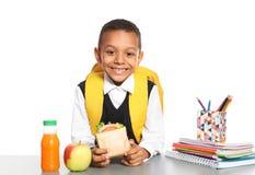 Μαθητής αφροαμερικάνων με τα υγιή τρόφιμα στοκ εικόνα