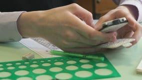 Μαθητής με το smartphone και το σημειωματάριο απόθεμα βίντεο
