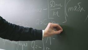 Μαθητής που γράφει έναν τύπο στον πίνακα απόθεμα βίντεο
