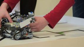 Μαθητής που το ρομπότ του στην πρόκληση πορειών απόθεμα βίντεο