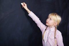 Μαθητής στο υπόβαθρο πινάκων Στοκ εικόνες με δικαίωμα ελεύθερης χρήσης