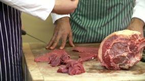 Μαθητευόμενος διδασκαλίας χασάπηδων πώς να προετοιμάσει το κρέας απόθεμα βίντεο