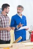Μαθητευόμενος και σύμβουλος ξυλουργικής Στοκ φωτογραφία με δικαίωμα ελεύθερης χρήσης