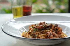 Μακαρόνια θαλασσινών που πετιούνται επάνω Παραδοσιακά ιταλικά τρόφιμα στοκ εικόνες