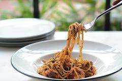 Μακαρόνια θαλασσινών που πετιούνται επάνω Παραδοσιακά ιταλικά τρόφιμα στοκ εικόνα