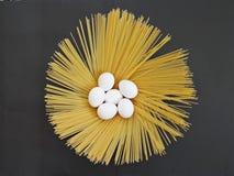 Μακαρόνια και αυγό, μακαρόνια, αυγό, ένα αυγό και ζυμαρικά, ζυμαρικά, μακριά ζυμαρικά, μακριά ζυμαρικά Στοκ εικόνες με δικαίωμα ελεύθερης χρήσης