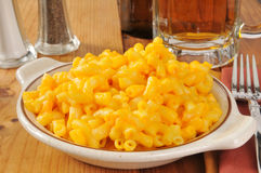 Μακαρόνια και τυρί με την μπύρα Στοκ Φωτογραφία