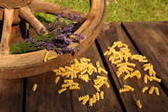 Μακαρόνια και lavender με το cartwheel Στοκ Φωτογραφία