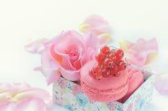 Μακαρόνια, κόκκινες σταφίδες, marshmallows στα πλαίσια των όμορφων λουλουδιών των τριαντάφυλλων Κινηματογράφηση σε πρώτο πλάνο επ Στοκ Εικόνες