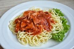 Μακαρόνια με τη σάλτσα ντοματών χοιρινού κρέατος στοκ φωτογραφίες