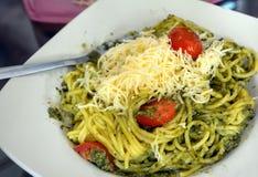 Μακαρόνια με τη σάλτσα βασιλικού σε ένα πιάτο Ιταλικά χορτοφάγα τρόφιμα Στοκ Φωτογραφία