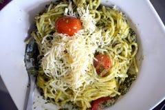 Μακαρόνια με τη σάλτσα βασιλικού σε ένα πιάτο Ιταλικά χορτοφάγα τρόφιμα Στοκ Εικόνα