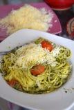 Μακαρόνια με τη σάλτσα βασιλικού σε ένα πιάτο Ιταλικά χορτοφάγα τρόφιμα Στοκ εικόνα με δικαίωμα ελεύθερης χρήσης