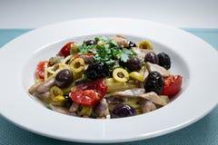 Μακαρόνια με το μεσογειακό τόνο, κάπαρες, ελιές, σισιλιάνο chil στοκ φωτογραφίες
