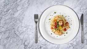 Μακαρόνια με το πιάτο γαρίδων ή γαρίδων μαρμάρινο countertop Στοκ φωτογραφία με δικαίωμα ελεύθερης χρήσης