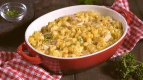 Μακαρόνια με το τυρί, κοτόπουλο απόθεμα βίντεο