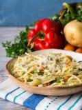 Μακαρόνια που μαγειρεύονται στη φυτική σάλτσα Στοκ εικόνα με δικαίωμα ελεύθερης χρήσης