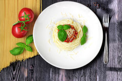 Μακαρόνια στο άσπρο πιάτο με τα ζυμαρικά και τις ντομάτες Στοκ Φωτογραφίες