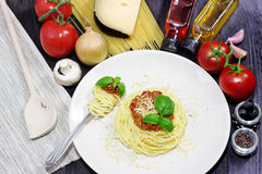 Μακαρόνια στο άσπρο πιάτο με τα ζυμαρικά και τις ντομάτες Στοκ εικόνες με δικαίωμα ελεύθερης χρήσης