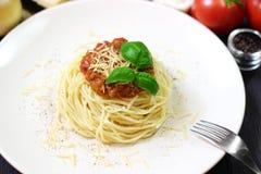 Μακαρόνια στο άσπρο πιάτο με τα ζυμαρικά και τις ντομάτες Στοκ φωτογραφίες με δικαίωμα ελεύθερης χρήσης