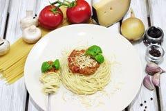 Μακαρόνια στο άσπρο πιάτο με τα ζυμαρικά και τις ντομάτες Στοκ Εικόνα