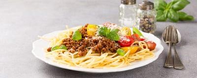 Μακαρόνια Bolognaise που ολοκληρώνεται με το κομματιασμένο βόειο κρέας Στοκ Εικόνες