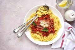 Μακαρόνια bolognese σε ένα άσπρο πιάτο Τοπ όψη Στοκ Εικόνα