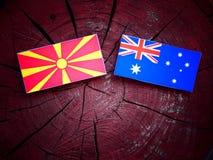 Μακεδονική σημαία με την αυστραλιανή σημαία σε ένα κολόβωμα δέντρων που απομονώνεται Στοκ φωτογραφίες με δικαίωμα ελεύθερης χρήσης
