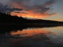 Μακριά λίμνη Αλμπέρτα από το ηλιοβασίλεμα Στοκ Φωτογραφίες