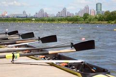 Μακριά αθλητική βάρκα με τα κουπιά στοκ εικόνα με δικαίωμα ελεύθερης χρήσης