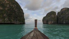 Μακριά βάρκα και μπλε νερό στον κόλπο της Maya Koh Phi Phi στο νησί Leh, Krabi Ταϊλάνδη Στοκ φωτογραφίες με δικαίωμα ελεύθερης χρήσης