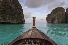 Μακριά βάρκα και μπλε νερό στον κόλπο της Maya Koh Phi Phi στο νησί Leh, Krabi Ταϊλάνδη Στοκ φωτογραφία με δικαίωμα ελεύθερης χρήσης