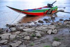 Μακριά βάρκα ουρών εκτός από τον ποταμό Στοκ εικόνα με δικαίωμα ελεύθερης χρήσης