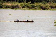 Μακριά βάρκα ουρών κίνησης πωλητών στον ποταμό Chao Phraya για τη δοκιμή για να πωλήσει κάτι, ειδικά μικρά αγαθά στοκ εικόνα