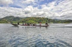 Μακριά βάρκα ουρών με τους τουρίστες στο εθνικό πάρκο Khao Sok, Ταϊλάνδη Στοκ φωτογραφία με δικαίωμα ελεύθερης χρήσης