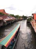 Μακριά βάρκα ουρών σε ένα κανάλι στοκ φωτογραφία με δικαίωμα ελεύθερης χρήσης