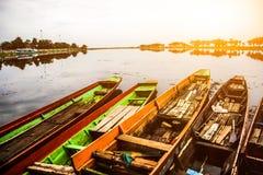 Μακριά βάρκα ουρών σε Thailand& x27 λασπώδη σαφή νερά του s με την ηλιοφάνεια πρωινού Στοκ εικόνα με δικαίωμα ελεύθερης χρήσης