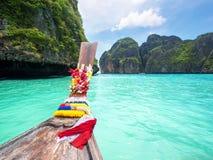 Μακριά βάρκα ουρών στον κόλπο της Maya, Phi Ko Phi, Ταϊλάνδη Στοκ Φωτογραφία