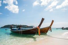 Μακριά βάρκα ουρών στο νησί της Ravi Στοκ φωτογραφίες με δικαίωμα ελεύθερης χρήσης